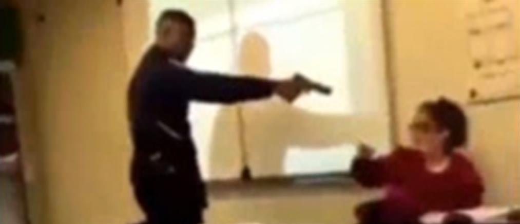 Βίντεο: σοκ με τον μαθητή που απειλεί με όπλο τη δασκάλα του