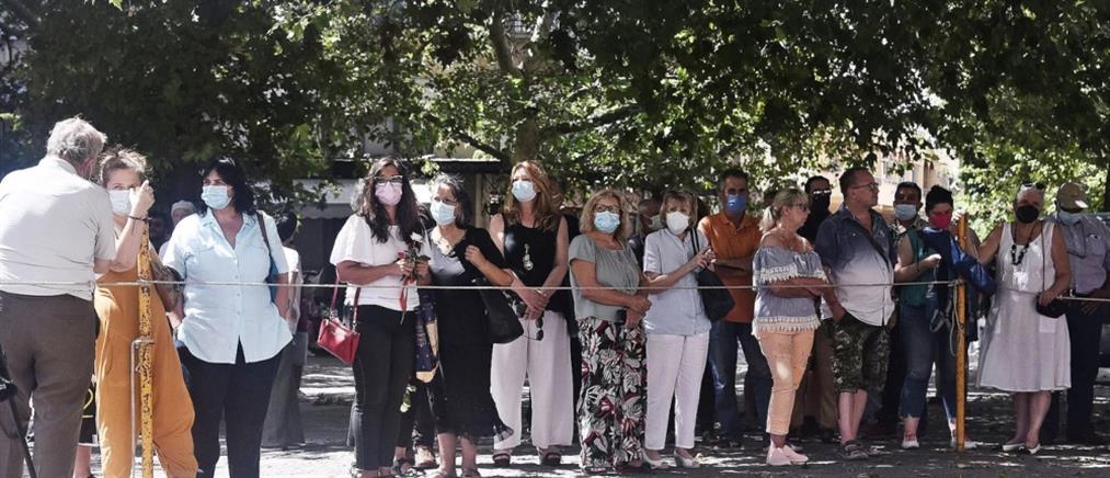 """Μίκης Θεοδωράκης: Συνεχίζεται το λαϊκό προσκύνημα και το """"θρίλερ"""" με το γραφείο τελετών"""