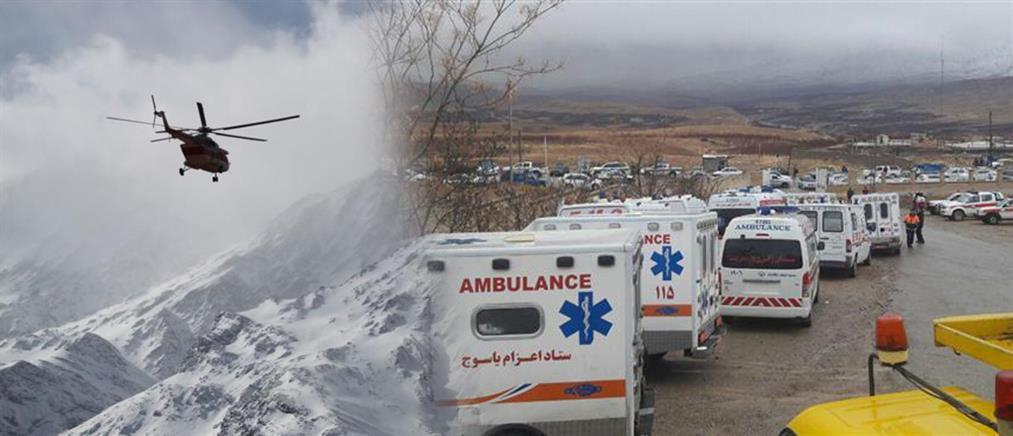 Στην πλάτη κουβαλούν τις σορούς από το αεροπορικό δυστύχημα στο Ιράν