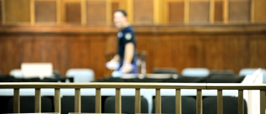 Σάλος για τον αστυνομικό που έσερνε δικηγόρο έξω από δικαστική αίθουσα!