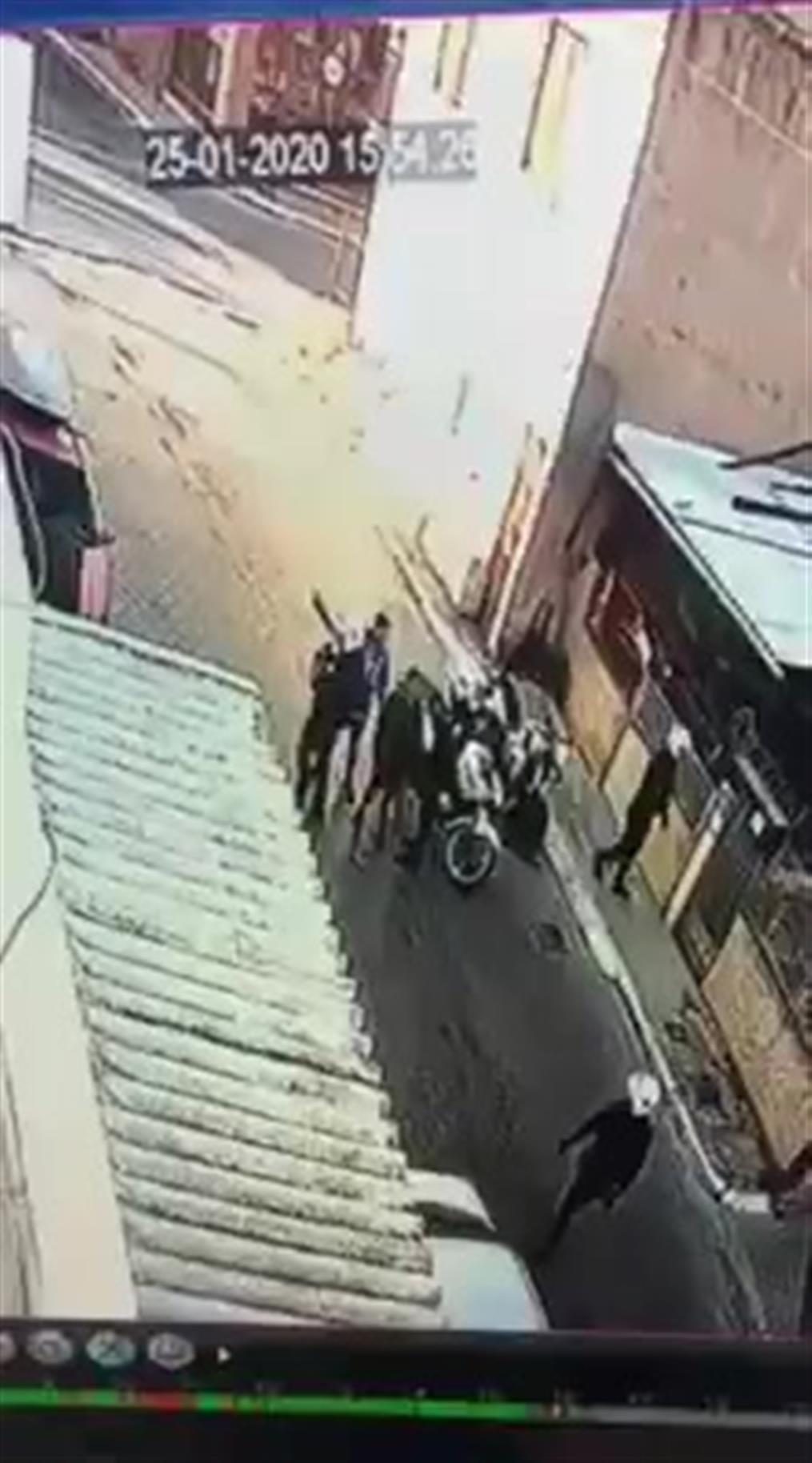 Σάλος από βίντεο που δείχνει αστυνομικό να χτυπά ανήλικο