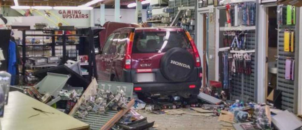 Αυτοκίνητο… με τα φρένα σπασμένα διέλυσε κατάστημα (βίντεο)