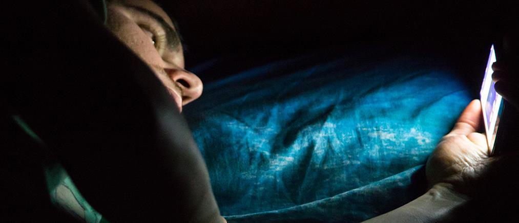 Ένας στους δύο Έλληνες κοιμάται με το κινητό… αγκαλιά