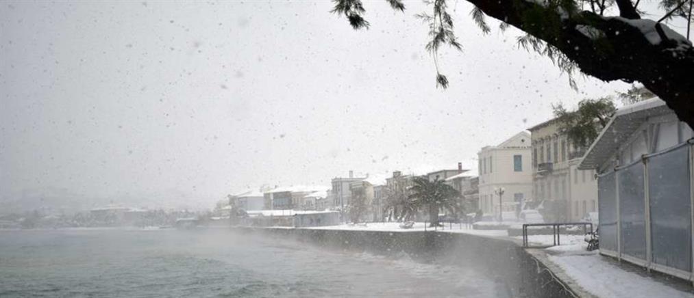 """""""Λέανδρος"""": Μπάνιο σε χιονισμένη παραλία (βίντεο)"""