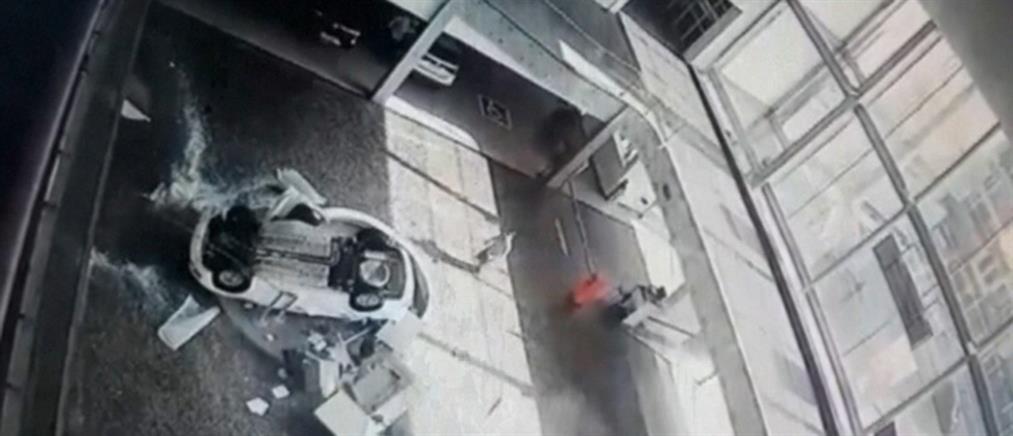 """Βραζιλία: αυτοκίνητο """"προσγειώνεται"""" σε υπαλλήλους πάρκινγκ (βίντεο)"""