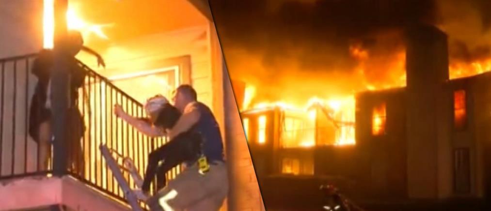 Δραματική διάσωση οικογένειας από φλεγόμενο σπίτι (βίντεο)