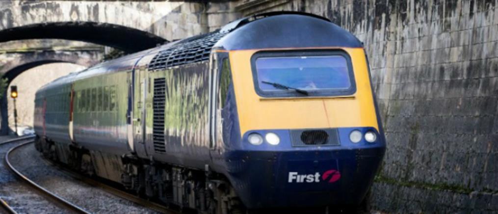 Επιβάτης τρένου σκοτώθηκε όταν έβγαλε το κεφάλι της από το παράθυρο