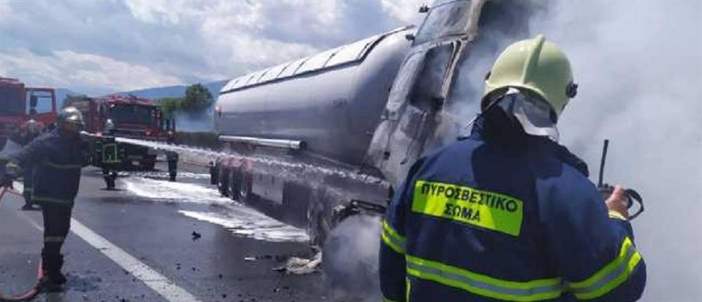 Νεκρός οδηγός μετά από φωτιά σε βυτιοφόρο (εικόνες)