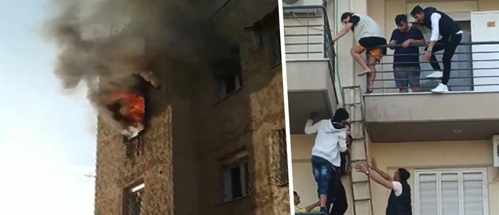 Φωτιά σε διαμέρισμα - Ενοικοι κατεβαίνουν απο το μπαλκόνι για να σωθούν (εικόνες)