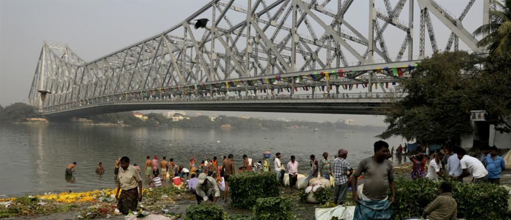 """Ινδός """"Χουντίνι"""" βούτηξε αλυσοδεμένος στον Γάγγη - Έκτοτε αγνοείται η τύχη του…"""