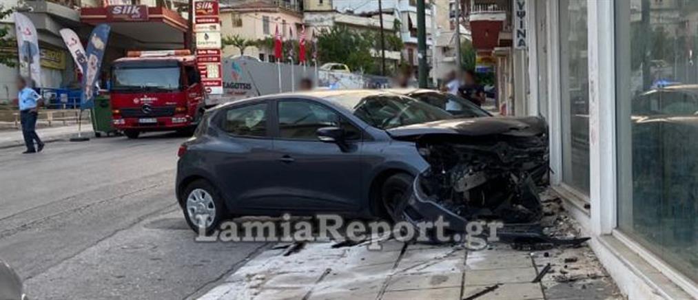Αυτοκίνητα κατέληξαν σε βιτρίνα καταστήματος (εικόνες)