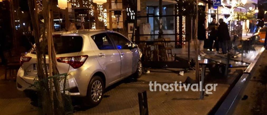 """Αυτοκίνητο """"μπούκαρε"""" σε καφέ στη Θεσσαλονίκη (εικόνες)"""