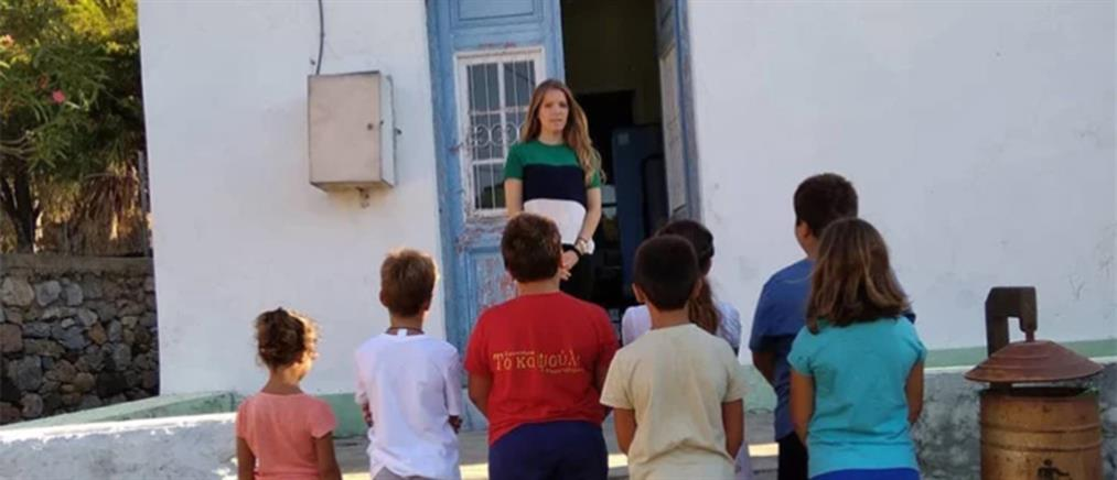 "Eλένη Tάνου: H ""δασκάλα με τα χρυσά μαλλιά"" της Tελένδου, που πηγαίνει κάθε πρωί στο σχολείο με… βάρκα! (εικόνες)"