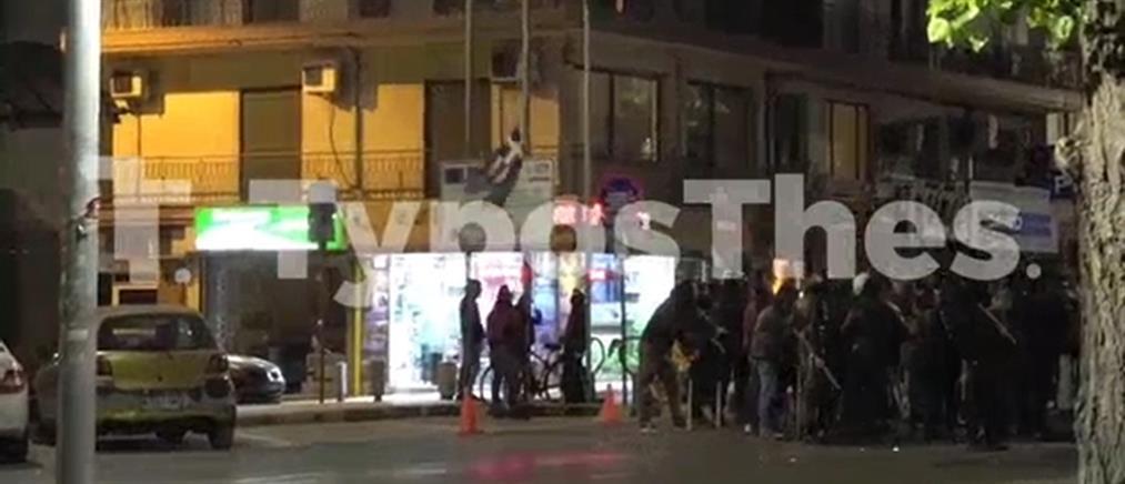 Θεσσαλονίκη: αντιεξουσιαστές κατέβασαν την ελληνική σημαία (εικόνες)
