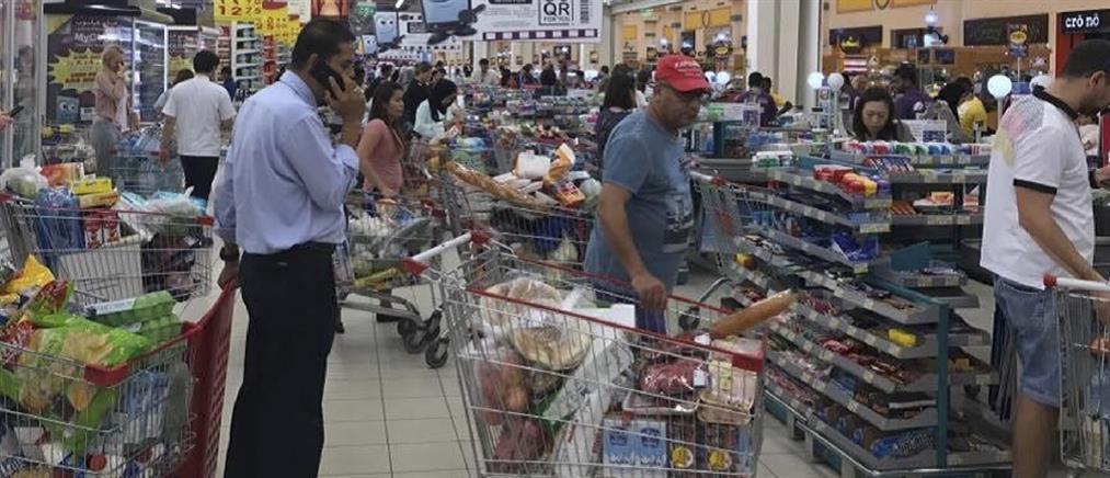Πανικός στο Κατάρ: Αδειάζουν τα ράφια των σούπερ μάρκετ (φωτο)