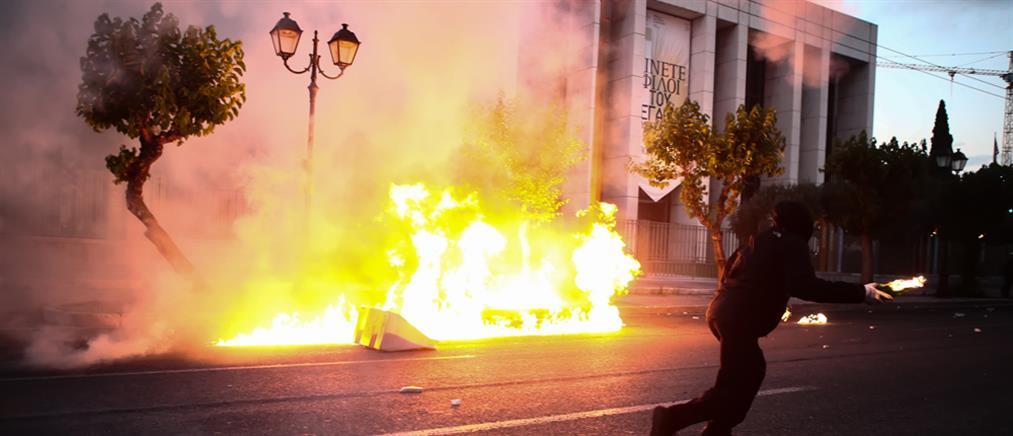 Μολότοφ και δακρυγόνα στην αμερικανική πρεσβεία (εικόνες)