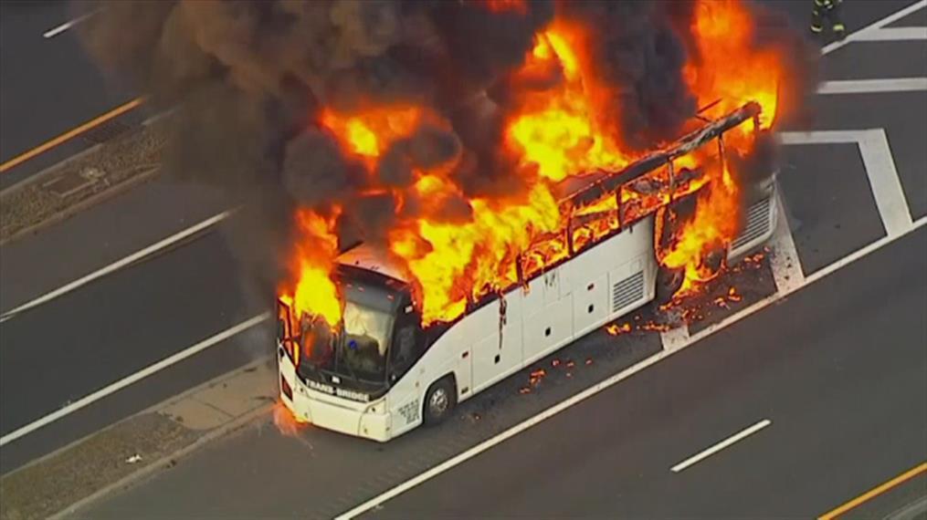 Λεωφορείο τυλίχθηκε στις φλόγες στις ΗΠΑ