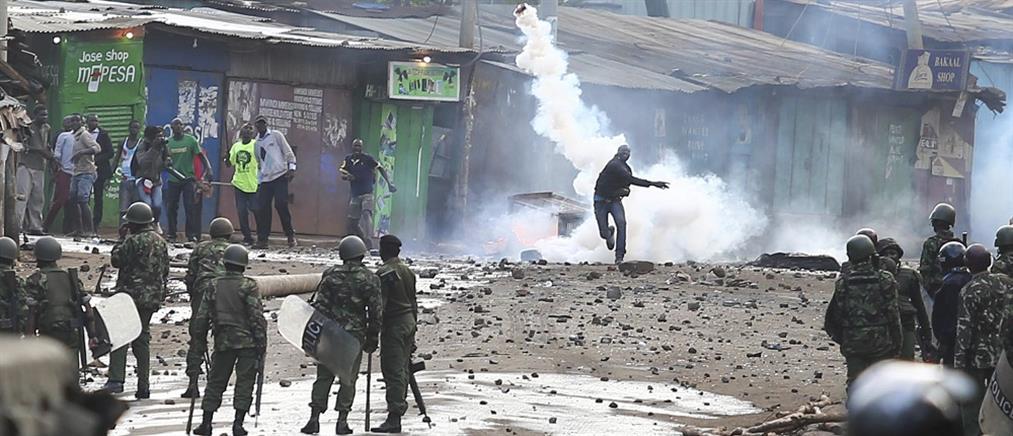 Συγκρούσεις αστυνομικών με διαδηλωτές σε παραγκούπολη του Ναϊρόμπι (βίντεο)