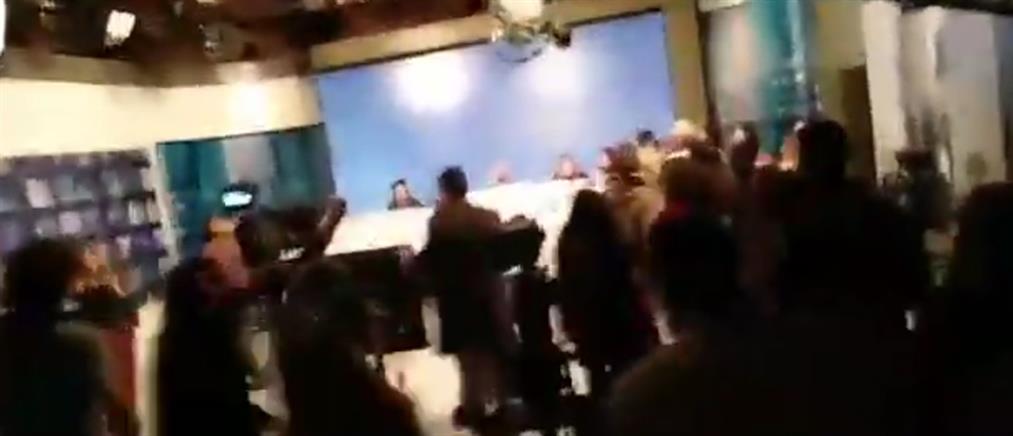 Εισβολή στο στούντιο της ΕΡΤ την ώρα του Δελτίου Ειδήσεων (βίντεο)