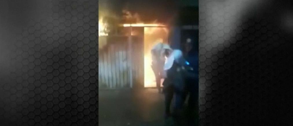 Μεξικό: Αστυνομικοί μπήκαν στη φωτιά κι έσωσαν ηλικιωμένους (βίντεο)