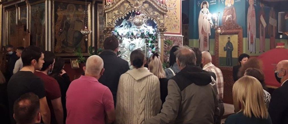 Κορονοϊός: Συνωστισμός, χωρίς μάσκες και αποστάσεις σε εκκλησία (εικόνες)