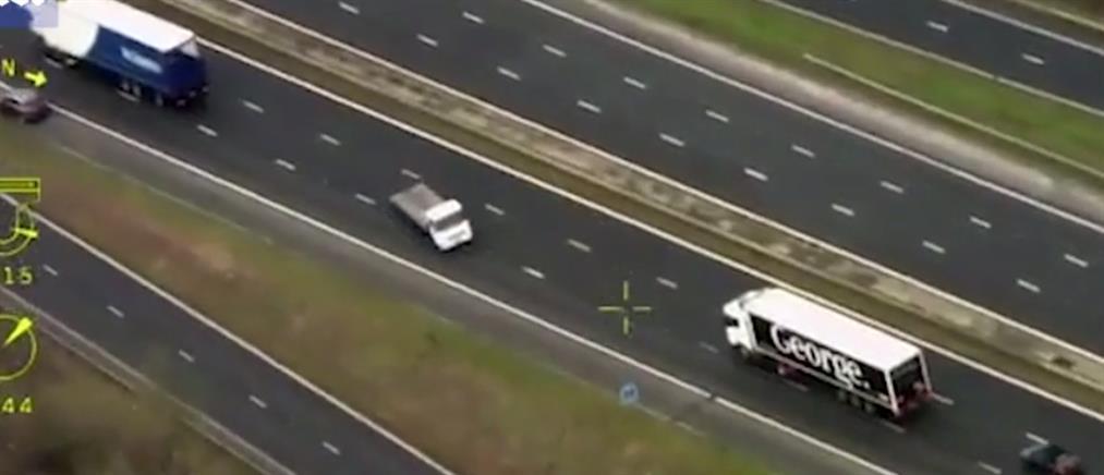 Φορτηγό κινείται ανάποδα σε δρόμο ταχείας κυκλοφορίας! (βίντεο)