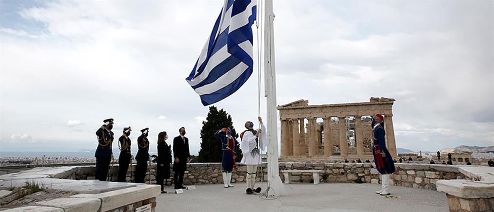 25η Μαρτίου: η έπαρση της σημαίας στην Ακρόπολη - εντυπωσιακές εικόνες