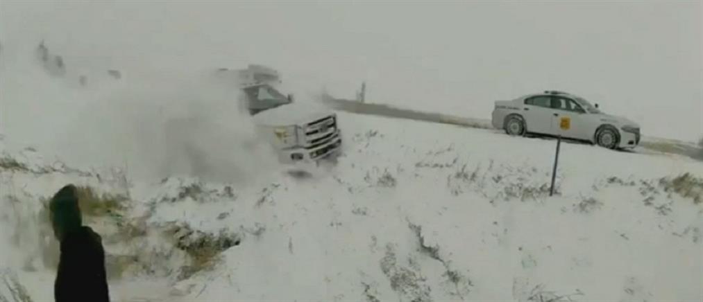 Φορτηγό σπάει τις μπάρες και πέφτει πάνω σε περιπολία (βίντεο)
