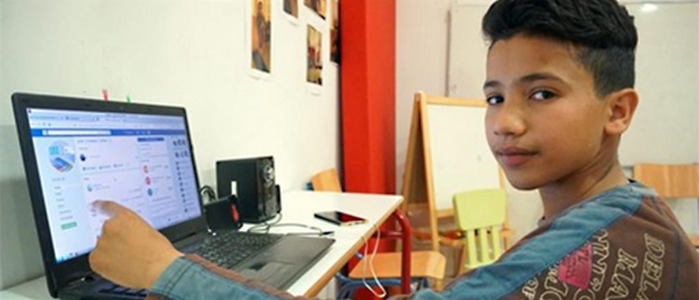 Μαθητής πρόσφυγας διδάσκει ελληνικά μέσω Facebook