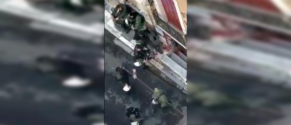 """Γρηγορόπουλος: αστυνομικοί """"παίζουν"""" και καταστρέφουν λουλούδια από το μνημείο του (βίντεο)"""