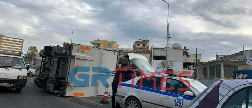 Τροχαίο με ανατροπή φορτηγού στον περιφερειακό (εικόνες)
