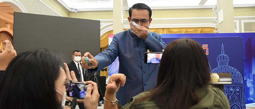 Πρωθυπουργός ψέκασε με... αντισηπτικό δημοσιογράφους (βίντεο)