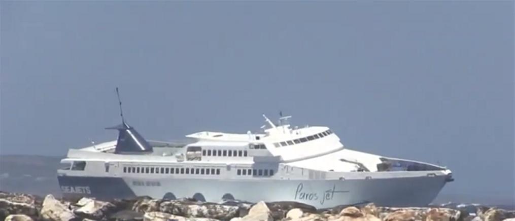 """Πλοίο """"παλεύει"""" με τα κύματα στο λιμάνι της Νάξου (βίντεο)"""