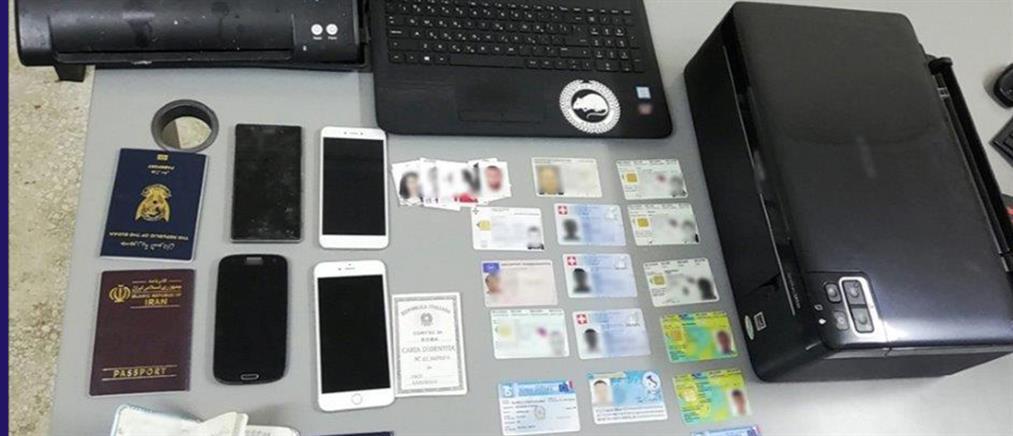 """Εργαστήριο πλαστών διαβατηρίων ήταν... """"χρυσωρυχείο"""" (εικόνες)"""
