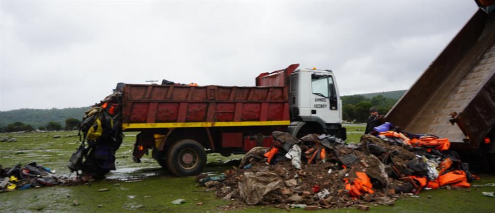 Λέσβος: Μετέφεραν σωσίβια και βάρκες στην επιταγμένη περιοχή (εικόνες)