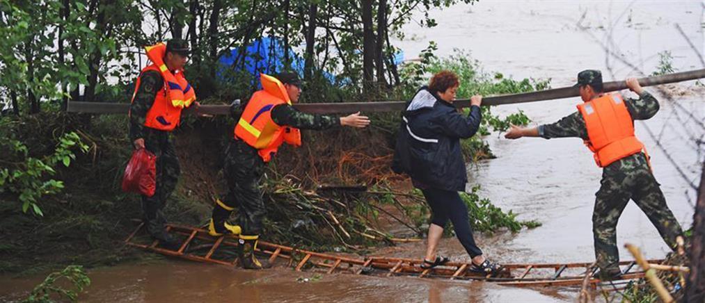 """Φονικές πλημμύρες """"παρέλυσαν"""" επαρχία της Κίνας"""