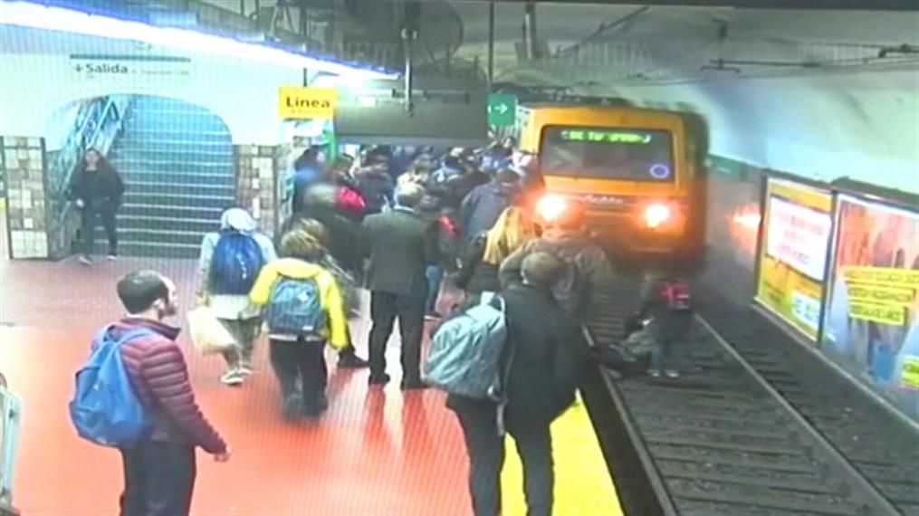 Δραματική διάσωση γυναίκας από τις γραμμές του τρένου