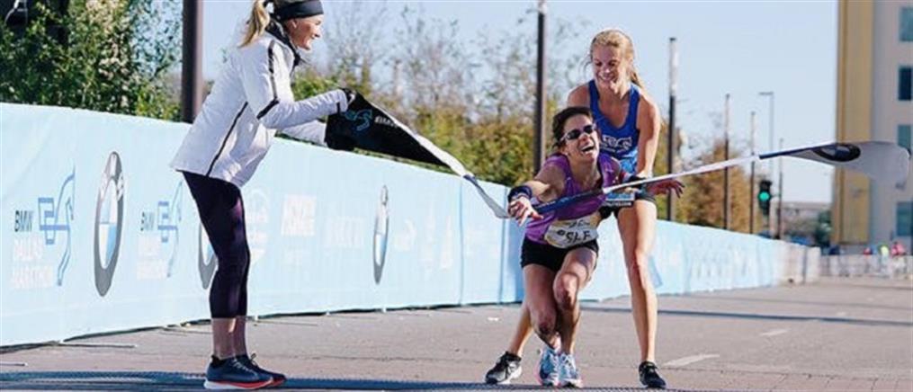 Μαραθωνοδρόμος κατέρρευσε πριν τον τερματισμό, αλλά 17χρονη τη βοήθησε να νικήσει (βίντεο)