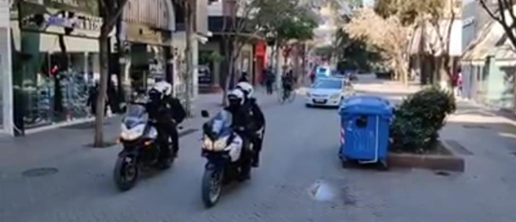 Κορονοϊός: Αστυνομικοί δίνουν οδηγίες στους πολίτες με μεγάφωνα (βίντεο)
