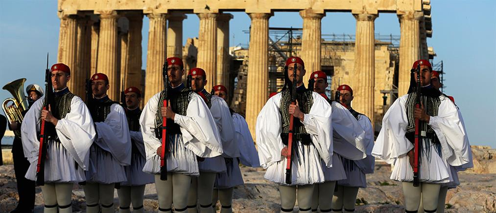 """Εύζωνες: """"οι θεϊκοί γίγαντες με τις φουστανέλες"""" αποθεώνονται από το Associated Press (εικόνες)"""