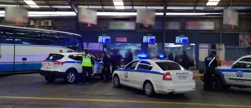 """Απαγόρευση κυκλοφορίας: """"μπλόκο"""" σε δεκάδες αλλοδαπούς στα ΚΤΕΛ Κηφισού (εικόνες)"""