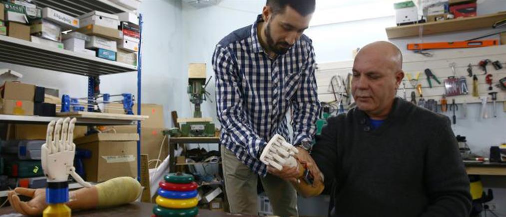 Έφτιαξε προσθετικό χέρι για τον ακρωτηριασμένο πατέρα του (βίντεο)