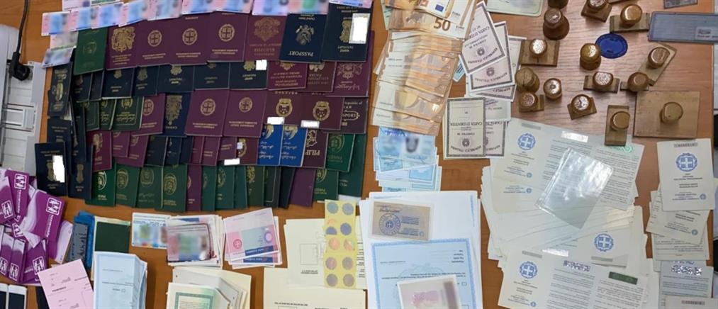 Εξάρχεια: Εντοπίστηκε εργαστήριο για πλαστά διαβατήρια και ταυτότητες (εικόνες)