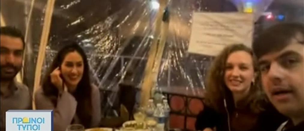 """Έλληνες του Σικάγο τρώνε σε """"φούσκα"""" εστιατορίου (βίντεο)"""