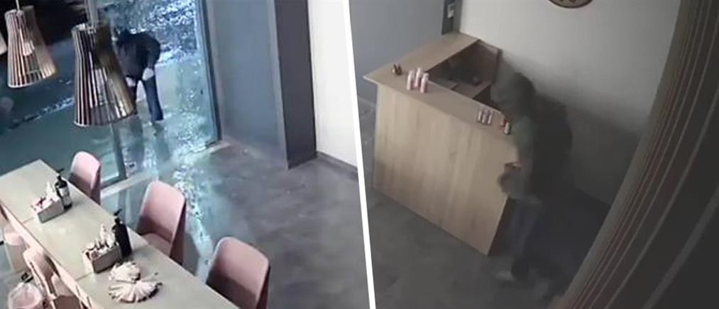 """Ο διαρρήκτης που έχει… """"απωθημένα"""" με τις βιτρίνες (βίντεο)"""