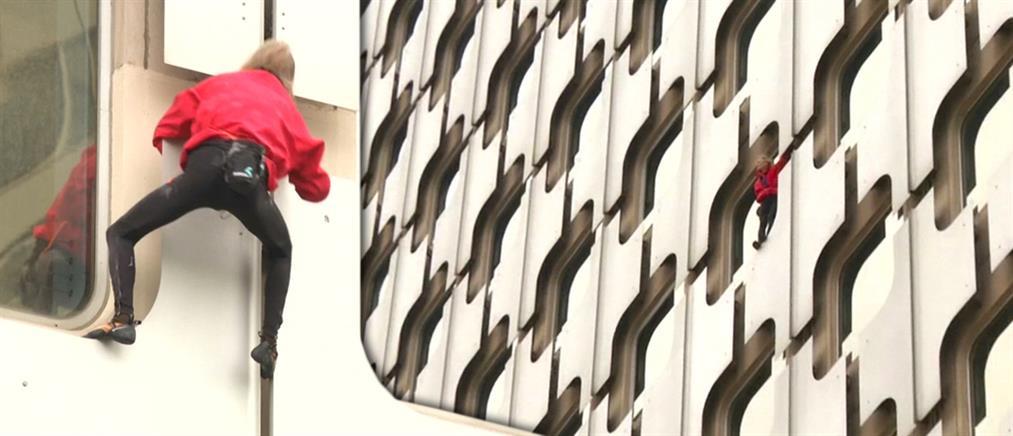 Ο «Spiderman» αναρριχήθηκε σε ουρανοξύστη του Παρισιού
