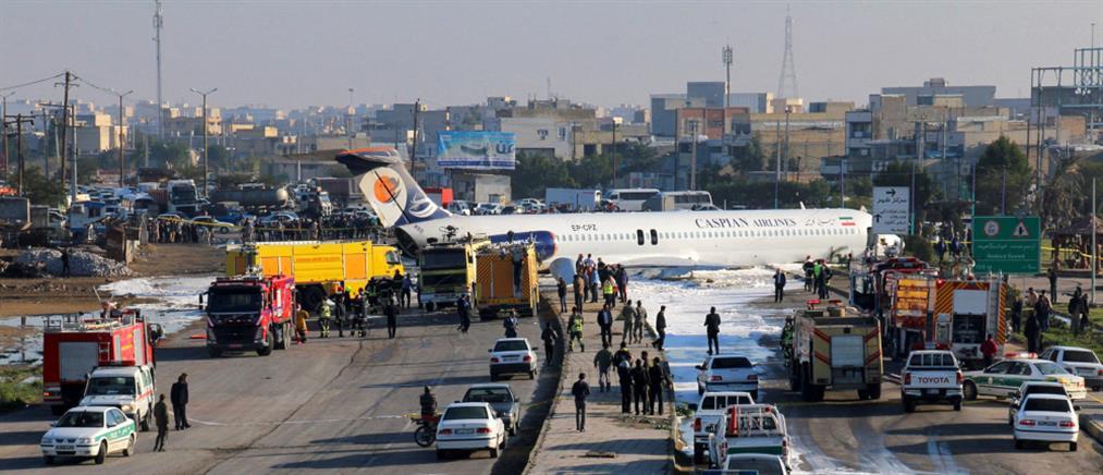 Τρόμος για επιβάτες: Αεροσκάφος προσγειώθηκε στο.. δρόμο (βίντεο)