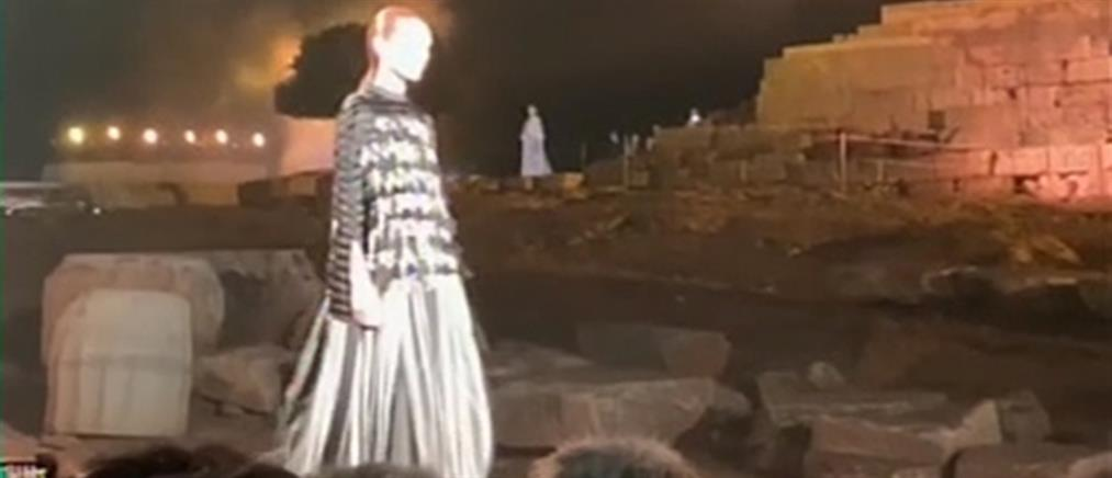 """Ένα υπερθέαμα μόδας στον Ναό του Ποσειδώνα για την """"Ελπίδα"""" (βίντεο)"""