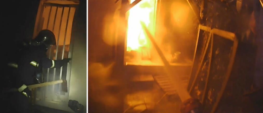 Κάμερα πυροσβέστη καταγράφει καρέ-καρέ τη μάχη με τις φλόγες (βίντεο)