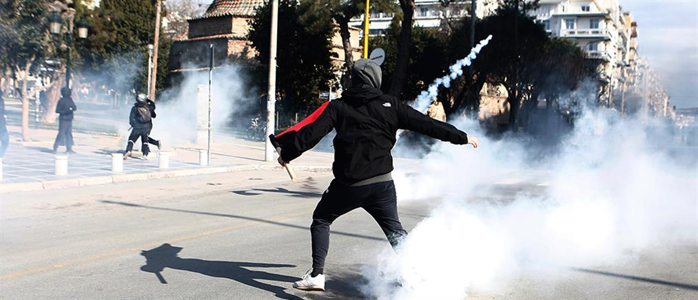 Θεσσαλονίκη: Μολότοφ και χημικά σε πορεία φοιτητών (εικόνες)